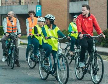 Deze afbeelding toont hoe mensen in de fietslessen leren fietsen.
